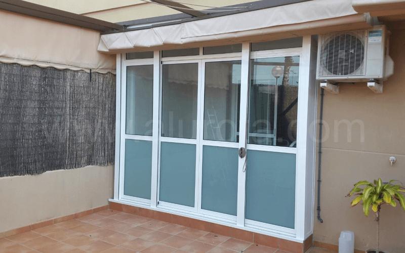 Cerramiento de porche con ventana de hojas correderas for Cerramiento aluminio terraza