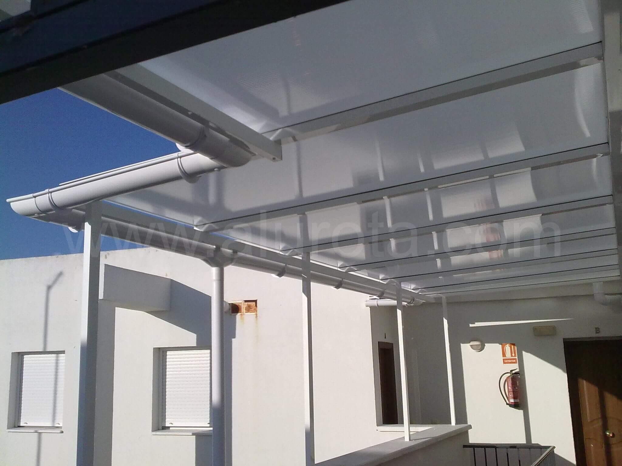 Instalaci n de techo en pasillo exterior alurota for Techos de policarbonato para balcones